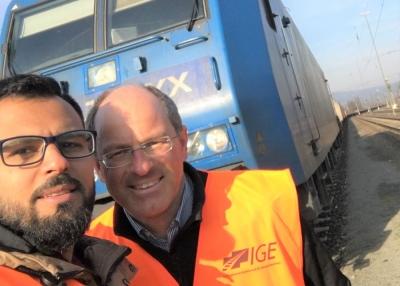 """""""Für uns ankommen"""" – Über eine anachronistische Fahrt mit Nazir aus Syrien in der Güterbahn quer durch die Republik"""